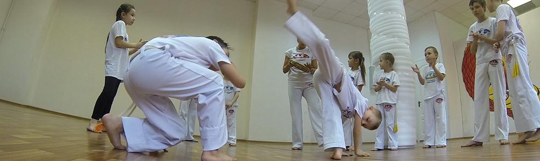 Капоэйра - бразильское единоборство с улыбкой на лице. Это смесь ударов ногами, акробатики, танца.
