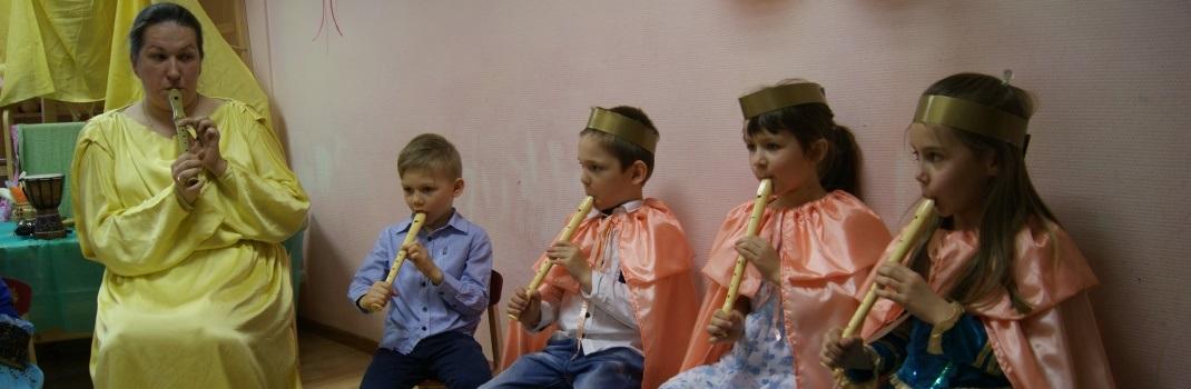 Выпускной 2015. Выпускники играют на флейте.